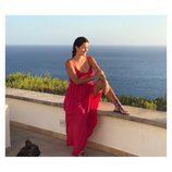Malena Costa posa con un vestido rojo y embarazada de su segundo hijo