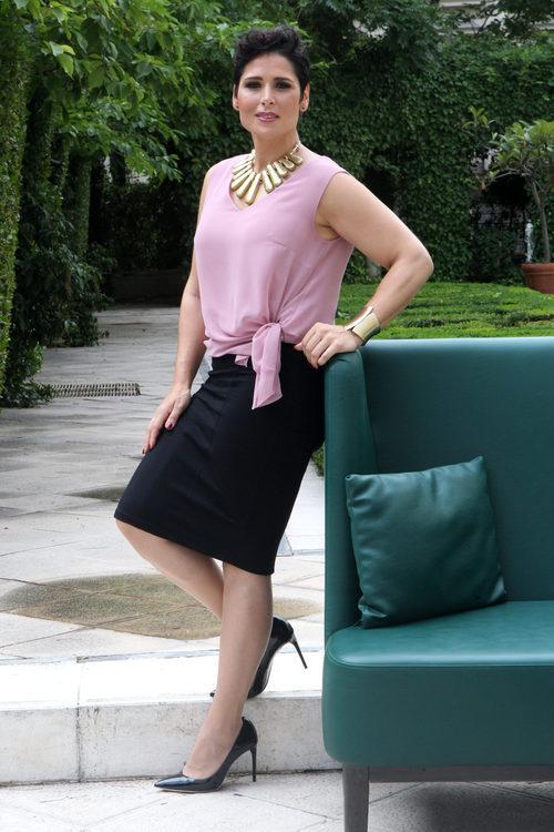 Rosa López con un conjunto rosa palo y falda negra