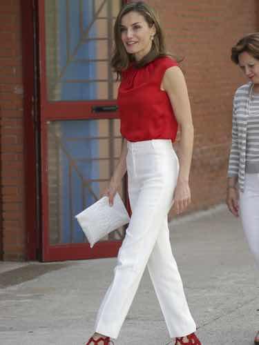 La Reina Letizia con un conjunto de pantalon blanco y camisa roja