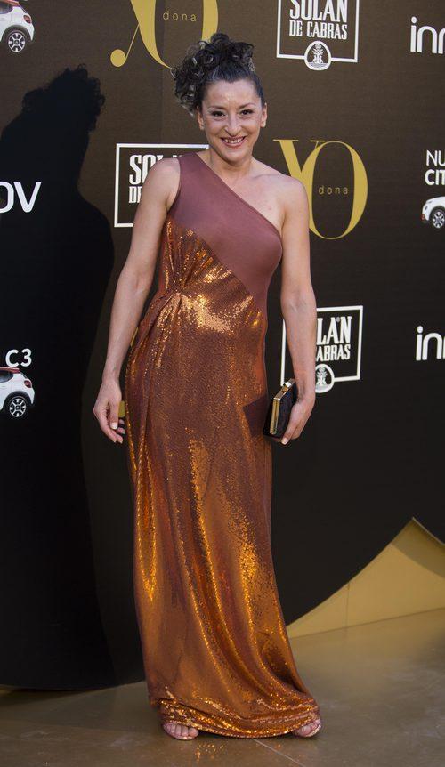 Mariola Fuentes con un vestido naranja oscuro
