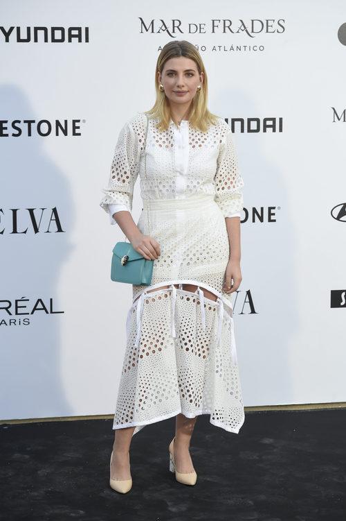 Miriam Giovanelli con un vestido calado blanco
