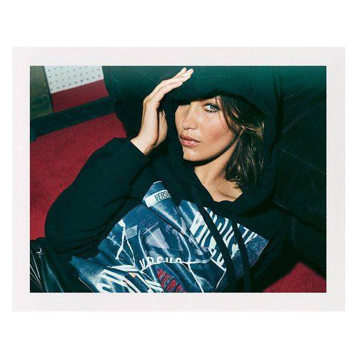 Bella Hadid posando con sudadera para la colección 'ZAYN x VERSUS'