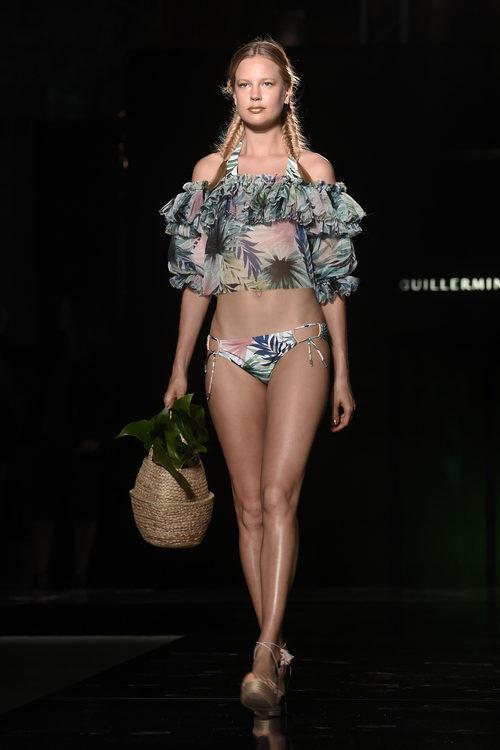 Bikini y top tropical de la colección 'Camino hacia el sol' de Guillermina Baeza en la 20 edición de la 080 Barcelona