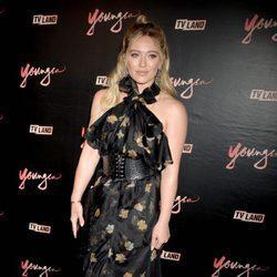 Hilary Duff con vestido negro con corsé