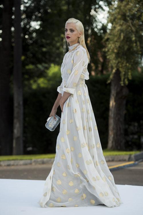 Macarena Gómez con vestido blanco de topos dorados