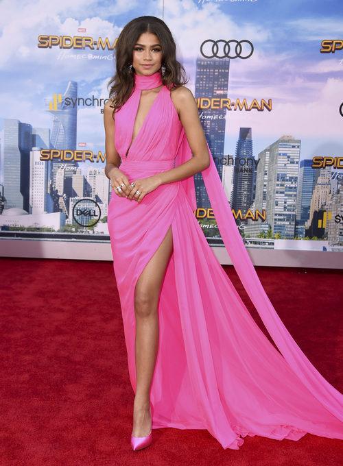Zendaya con vestido largo rosa