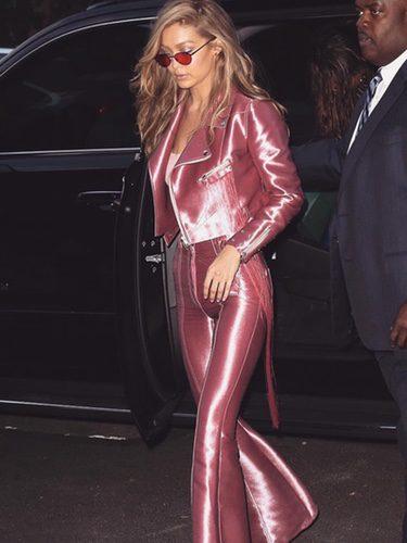 Gigi Hadid con un total look rosa metalizado