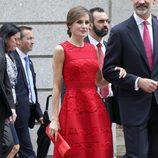 La Reina Letizia con un vestido midi de encaje rojo