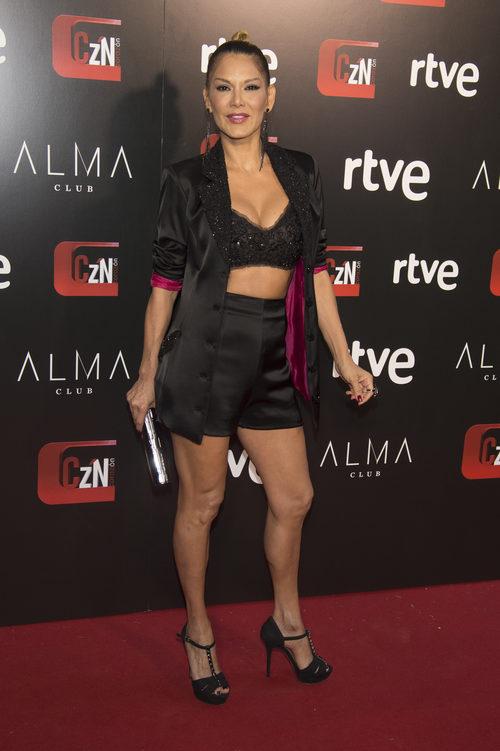 Ivonne Reyes con top de lentejuelas