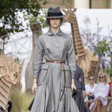 Vestido-gabardina gris del desfile de Alta Costura Otoño-Invierno 2017-2018 de Dior