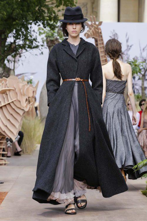 Gabardina con vestido y cinturón del desfile de Alta Costura Otoño-Invierno 2017-2018 de Dior