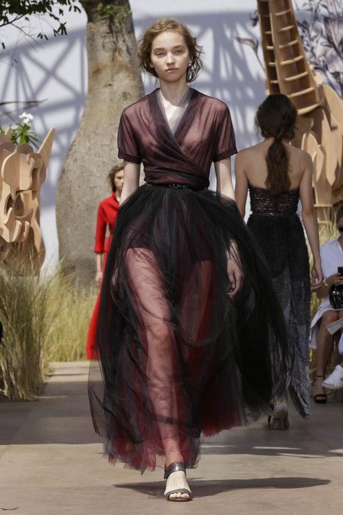 Vestido de tul rojo y negro del desfile de Alta Costura Otoño-Invierno 2017-2018 de Dior