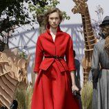 Conjunto de chaqueta y falda rojo del desfile de Alta Costura Otoño-Invierno 2017-2018 de Dior