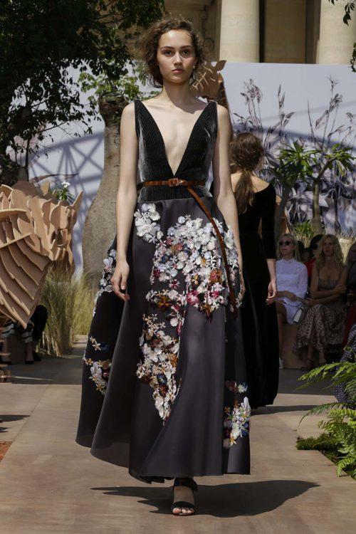 Vestido estampado y con cuello en pico del desfile de Alta Costura Otoño-Invierno 2017-2018 de Dior