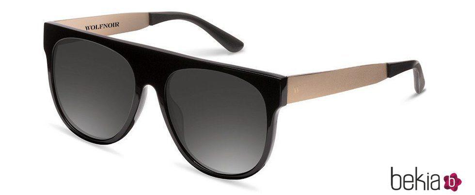 Gafas con montura dorada diseñadas por Chino Darín para Wolfnoir