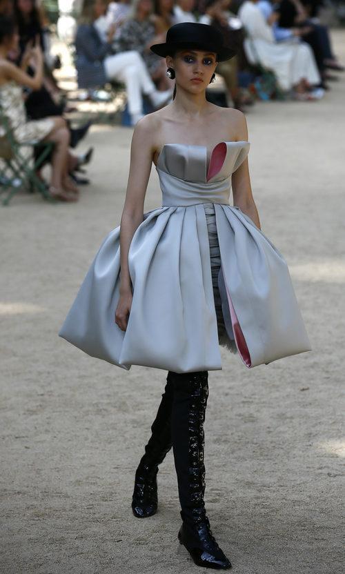 Vestido con volantes y botas altas de la colección otoño/invierno de Alta Costura de Chanel para 2017/2018