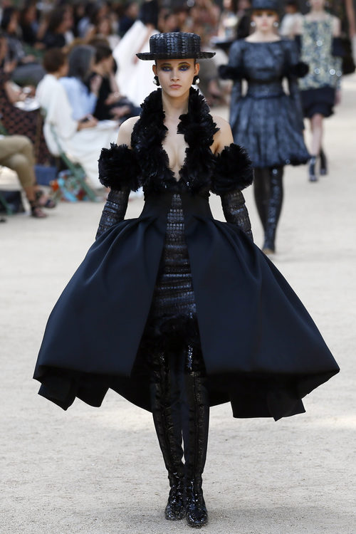 Vestido negro con volantes de la colección otoño/invierno de Alta Costura de Chanel para 2017/2018