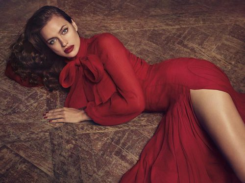 Irina Shayk con vestido rojo de Blumarine para la campaña otoño/invierno 2017/2018