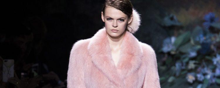 Abrigo y vestido rosa del desfile de Alta Costura de Fendi para otoño/invierno 2017/2018
