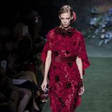 Vestido rojo con flores del desfile de Alta Costura de Fendi para otoño/invierno 2017/2018