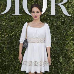 Natalie Portman con un vestido ibicenco blanco