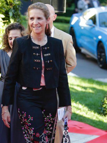 La Infanta Elena con un pantalón negro con estampados