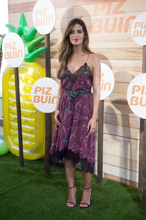 Sara Carbonero con un vestido lencero estampado