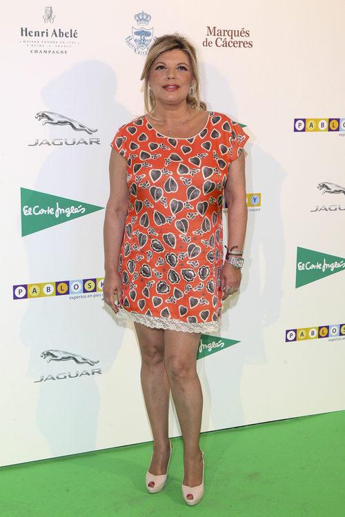 Terelu Campos con un vestido naranja con corazones