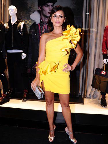 Mónica Cruz con un vestido amarillo de  dsquared2