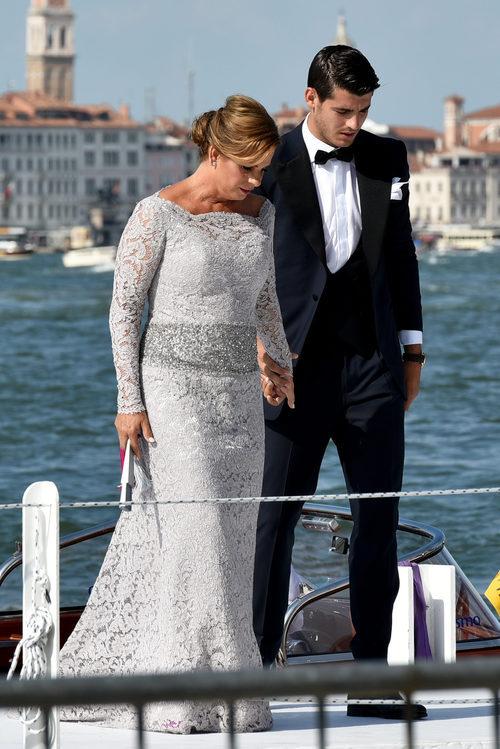 Alvaro Morata y su madre en su boda celebrada en Venecia