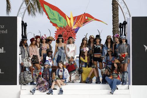 Modelos posando en el desfile de Desigual de la Fashion Week de Ibiza 2017