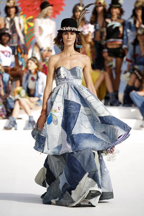 Vestido vaquero con patchwork de Desigual de la Fashion Week de Ibiza 2017