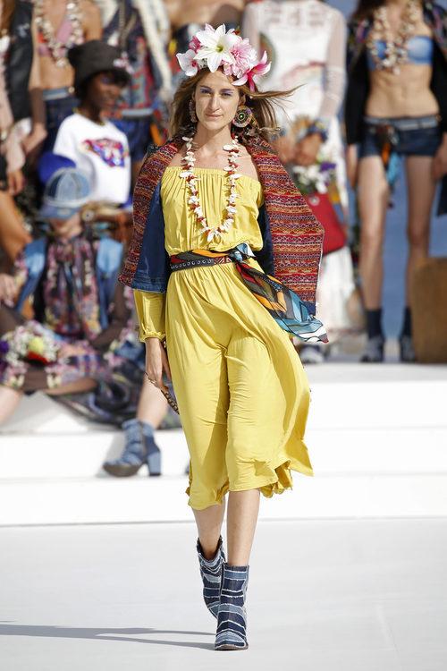 Vestido amarillo con chaleco de Desigual de la Fashion Week de Ibiza 2017