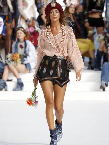 Blusa vintage y falda geométrica de Desigual de la Fashion Week de Ibiza 2017