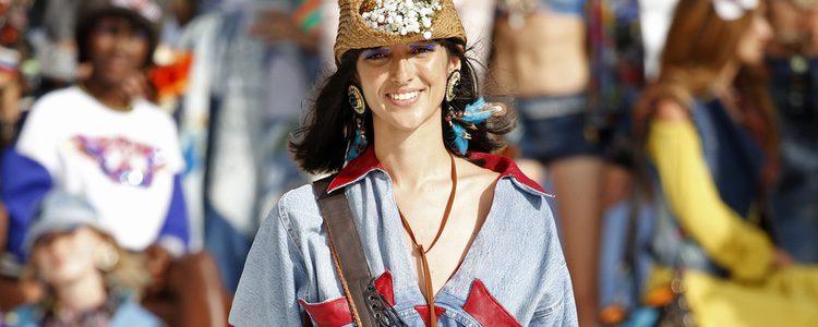 Blusa y falda vaquera de Desigual de la Fashion Week de Ibiza 2017