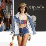 Crop top étnico con shorts vaqueros de Desigual de la Fashion Week de Ibiza 2017