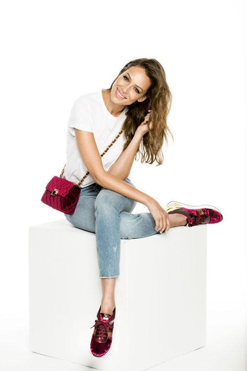Eva González con sneakers granates y con bolso Gema de la colección otoño/invierno 2017/2018 de MARIAMARE