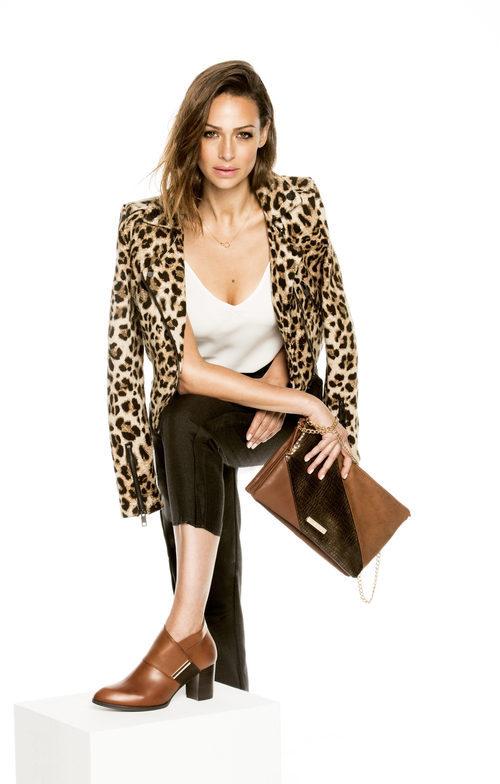 Eva González con botines con print y con bolso Ainhoa de la colección otoño/invierno 2017/2018 de MARIAMARE