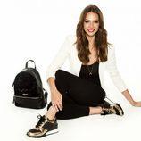 Eva González con sneakers doradas y con mochila Adela de la colección otoño/invierno 2017/2018 de MARIAMARE