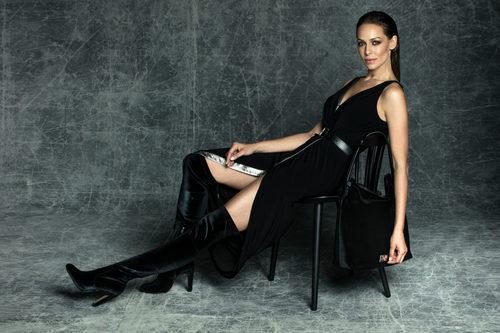 Eva González con botas por encima de la rodilla y con bolso Gracia de la colección otoño/invierno 2017/2018 de MARIAMARE