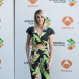 Anna Simón con crop top y pantalón de estampado tropical