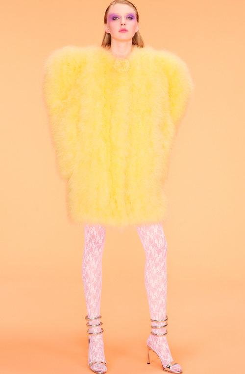 Abrigo de plumas amarillo de la colección primavera 2018 de Nina Ricci