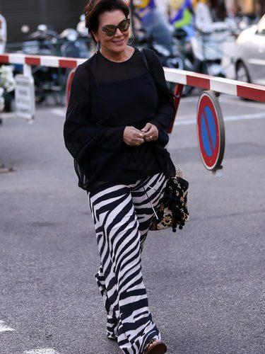 Kris Jenner con jersey oversize y pantalones anchos estampados