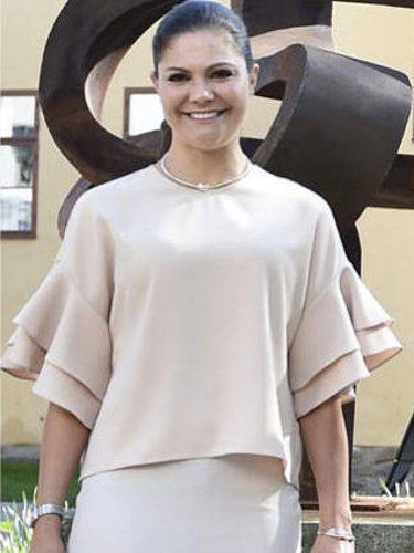 Victoria de Suecia con una camisa rosa en el 75 aniversario de una asociación en Estocolmo