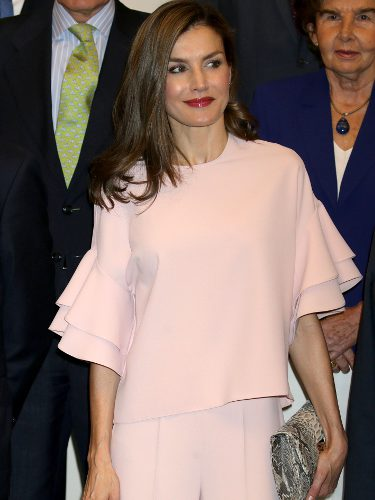 La Reina Letizia con un total look rosa en una reunión de la Fundación de Ayuda contra la Drogadicción