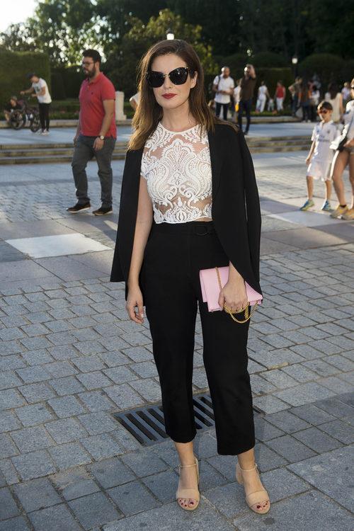 Marta Torné con top con transparencias y pantalones de tiro alto