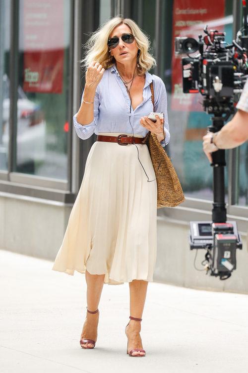 Sarah Jessica Parker con camisa azul y falda midi plisada