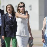 La Reina Letizia con un vestido blanco midi