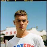 Camiseta con letras de colores de la colección masculina de Bershka 2017