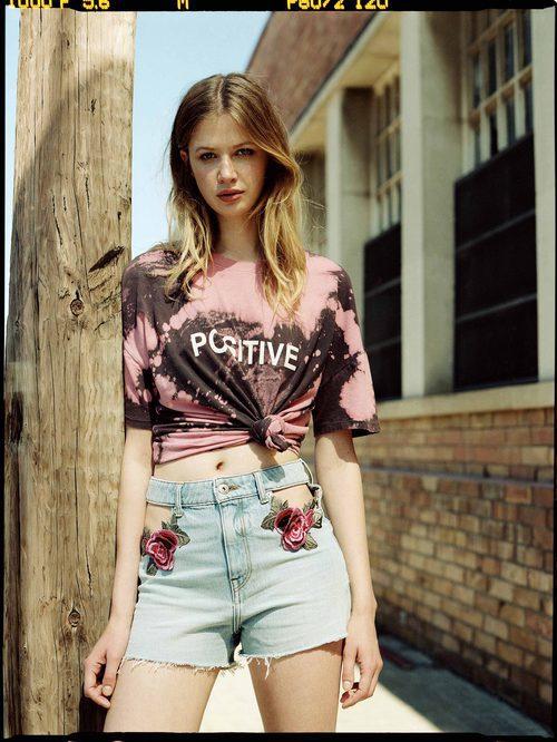 Camiseta con degrado y shorts de la colección femenina de Bershka 2017